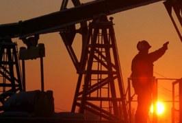 أسعار النفط تستقر قرب أعلى مستوياتها في ثلاث سنوات